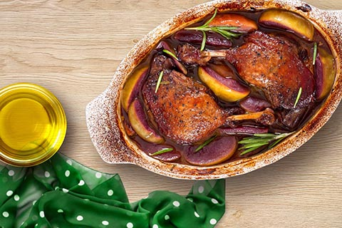 Roasted duck with apple in wine